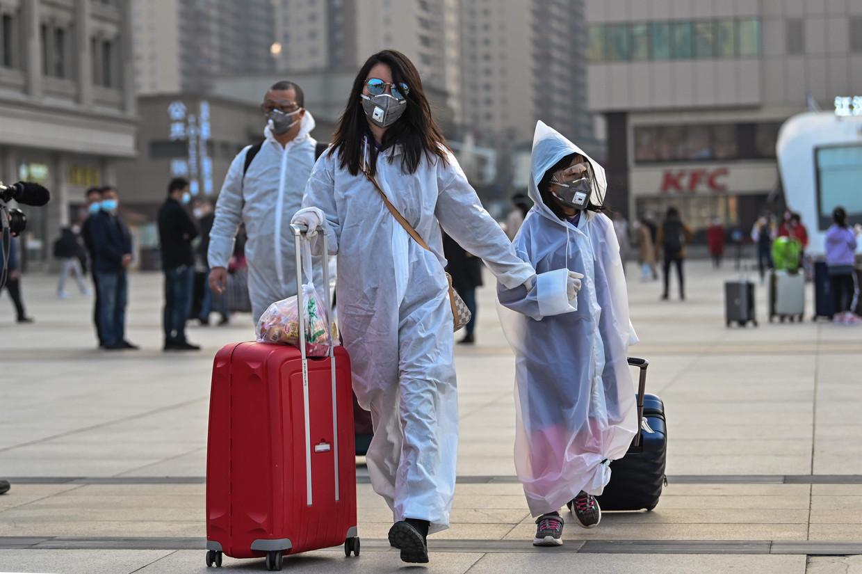 Reizigers bij het Hankou-station in Wuhan. Sinds woensdag kan er weer gereisd worden van en naar de stad. Alleen al op de eerste dag verlieten zo'n 70.000 mensen Wuhan.