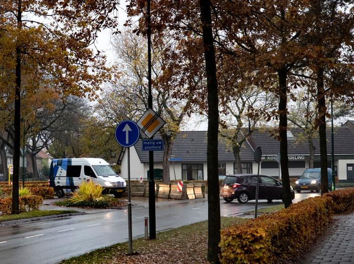 Tegenover appartementencomplex Wilbertsheem zijn betonblokken en roodwitte barrières geplaatst