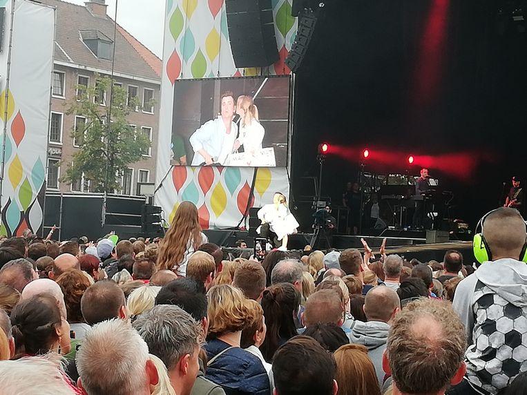 Esmee mocht niet alleen op de foto, maar mee op het podium met Niels.