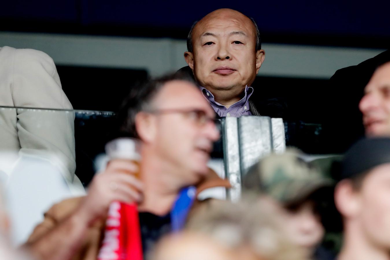 Wang Hui als toeschouwer afgelopen zondag bij PEC Zwolle-ADO Den Haag.