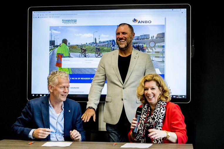 Jan-Dick Verheul van uitzendbureau Ervaren Jaren, Anbo-ambassadeur John de Wolf  en Anbo-directeur Liane den Haan tijdens de lancering van een landelijke vacaturesite voor oudere werkzoekenden. Beeld ANP
