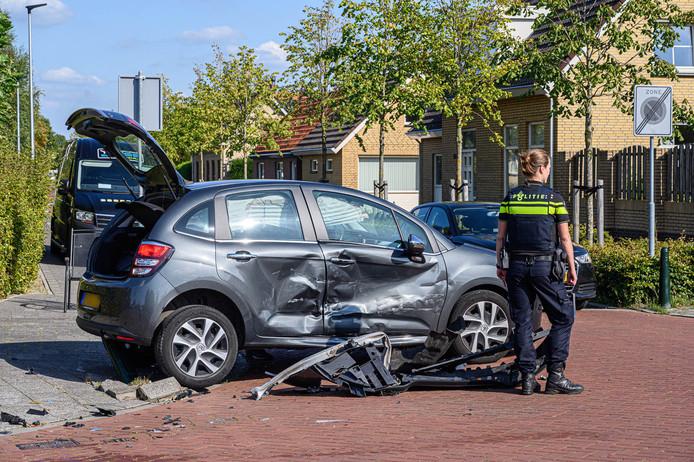 Op de kruising van de Lange Brugstraat en de Landmanweg in Etten-Leur kwamen twee auto's met elkaar in botsing.