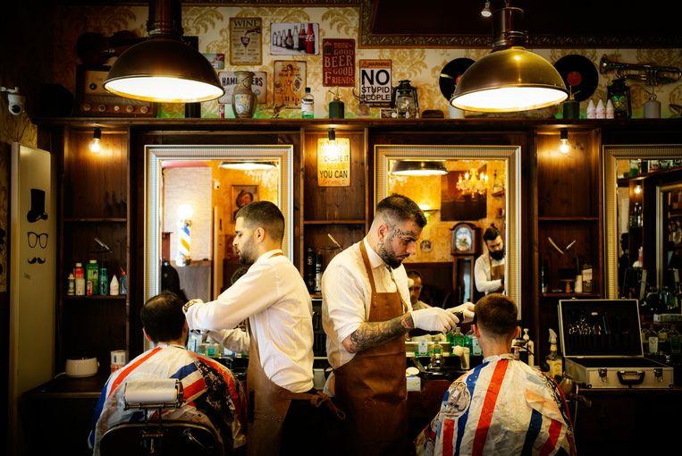 Kapperszaak Fratres M in de Deense hoofdstad Kopenhagen opende maandag weer haar deuren, na een maand verplichte sluiting vanwege de coronacrisis. Beeld Carsten Snejbjerg / Getty