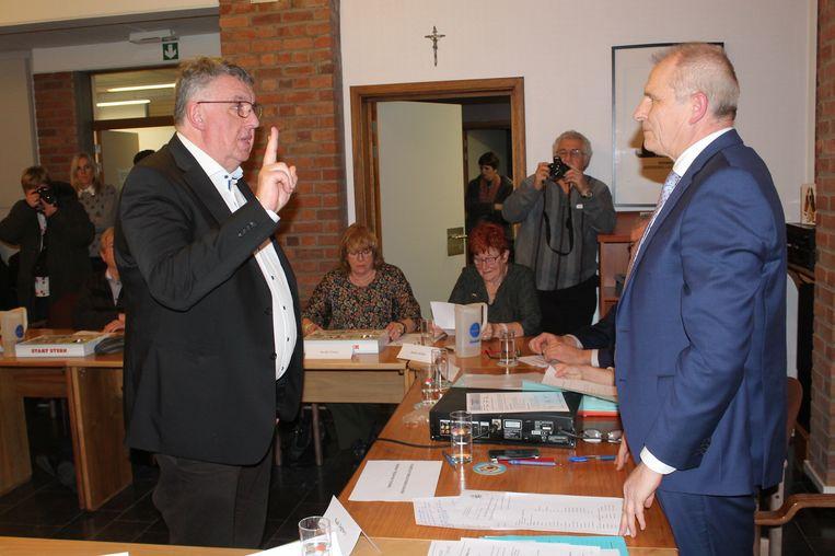 Voormalig burgemeester Luc Decrick legt de eed af als CD&V-gemeenteraadslid.