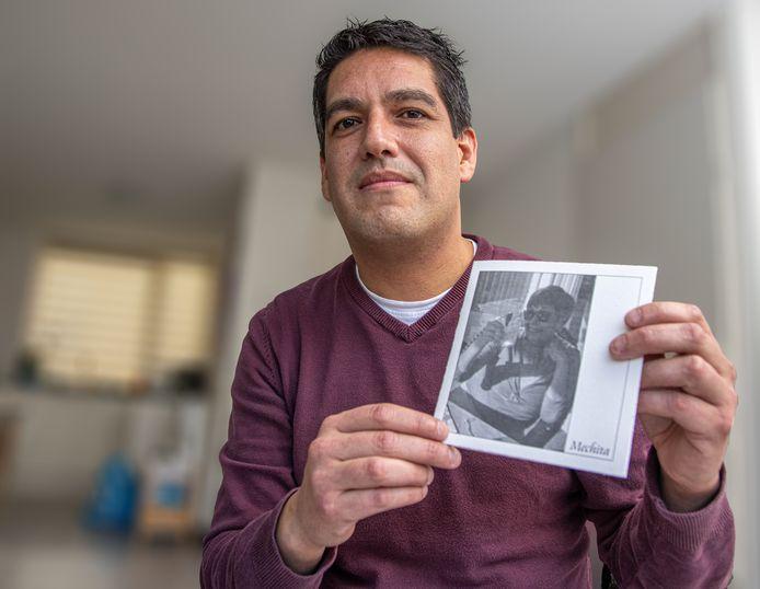 Pepe Elhorst Benites met de rouwkaart van zijn moeder.