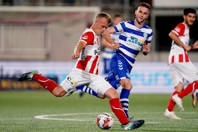 TOP Oss-voetballer Lion Kaak verstuurt een pass tijdens een ontmoeting met De Graafschap in het voorbije 'coronaseizoen'.