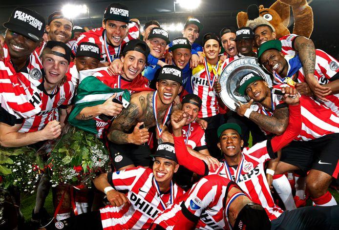 Abel Tamata, tweede boven van links, werd met PSV nog geen drie jaar geleden kampioen in 2015.