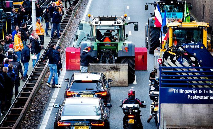 Bouwers protesteerden eerder op het Malieveld en reden stapvoets over de A12.