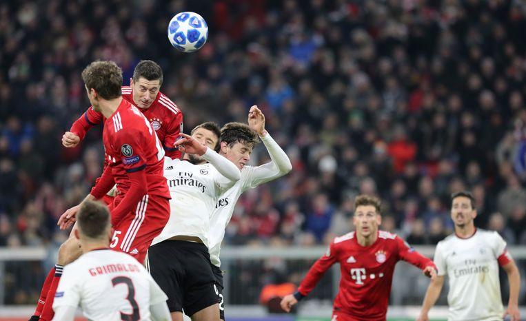 Lewandowski kopt nummer 50 binnen in de Champions League.