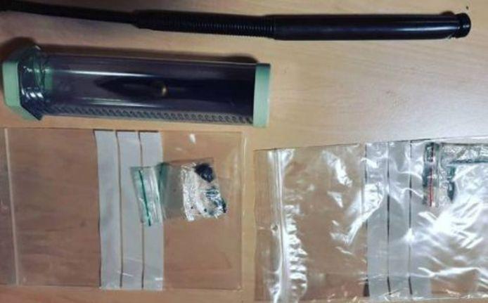 De politie heeft in Tiel een scooterrijder aangehouden voor het bezit van een werpmes, softdrugs en harddrugs. De bijrijder had een ploertendoder op zak.