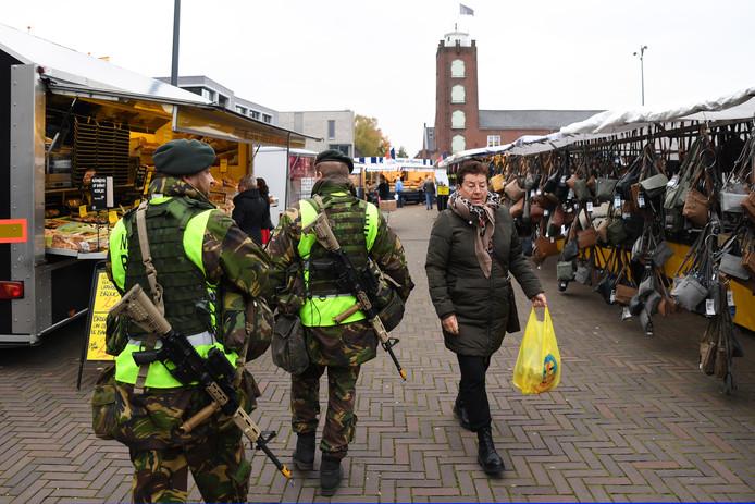 Defensie voert een 'sociale patrouille' uit tijdens een oefening in Kaatsheuvel.