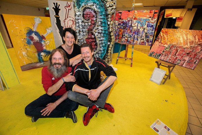 Eline de Boer, Rob Janssen en Living Museummedewerker en kunstenaar Ralph Heutink bij kunstwerk 'Oor'.