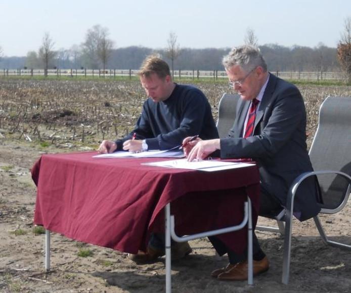 Voorzitter Brecht Gerritse van startersvereniging Voorhelvoirt en burgemeester Frans Ronnes tekenen de samenwerkingsovereenkomst.