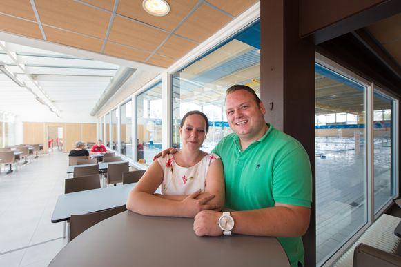 De nieuwe uitbaters Andy Aelbrecht en Evi Raets in hun cafetaria aan het zwembad Geerdegemvaart.