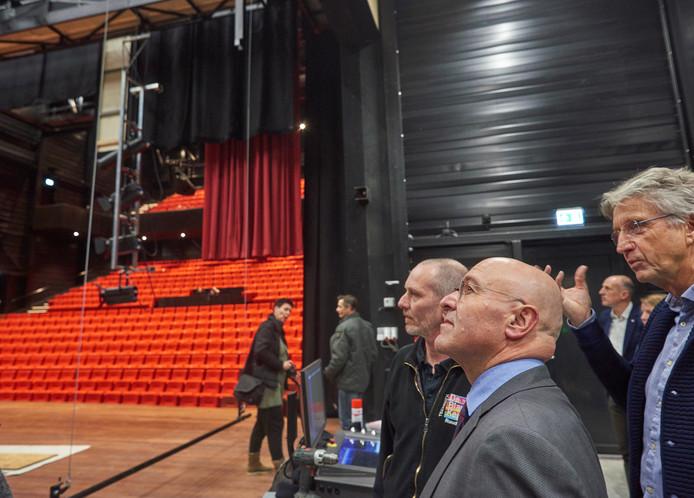 Burgemeester Van Rooij krijgt een rondleiding in de nieuwe Blauwe Kei aan de Noordkade in Veghel.