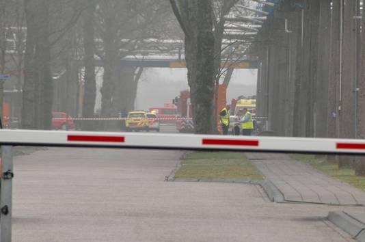 De brandweer op industriepark Kleefse Waard in Arnhem na het incident met verdund zwavelzuur.