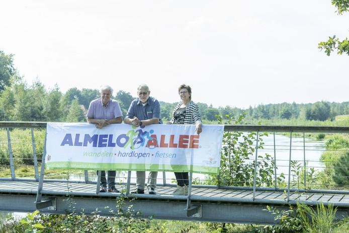 Bornerbroek - Foto van organisatie Almelo Allee. V.l.n.r. Arend Middelkamp, Henny Kuiphuis en Agnes Mentink.