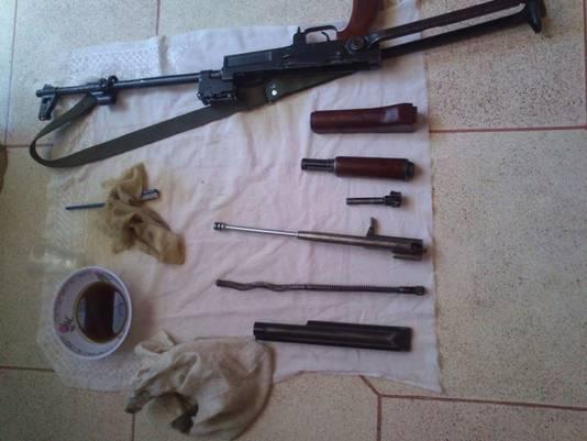 """Kaoutar Bioui, de echtgenote van ex-Shariah4Belgium-kopstuk Hicham Chaïb, postte in 2014 deze foto op Facebook. ,,Mijn baby heeft een poetsbeurt gekregen"""", zo schreef ze erbij. De vrouw werd naar verluidt scheef aangekeken in het kalifaat, omdat ze met wapens pronkte."""