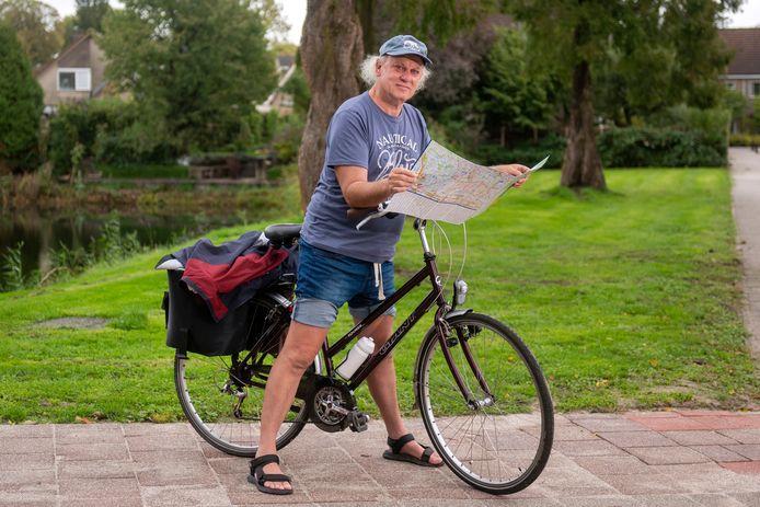 Herman van Stekelenburg op zijn damesfiets waarmee hij vanuit Zetten naar Parijs en terug reed.