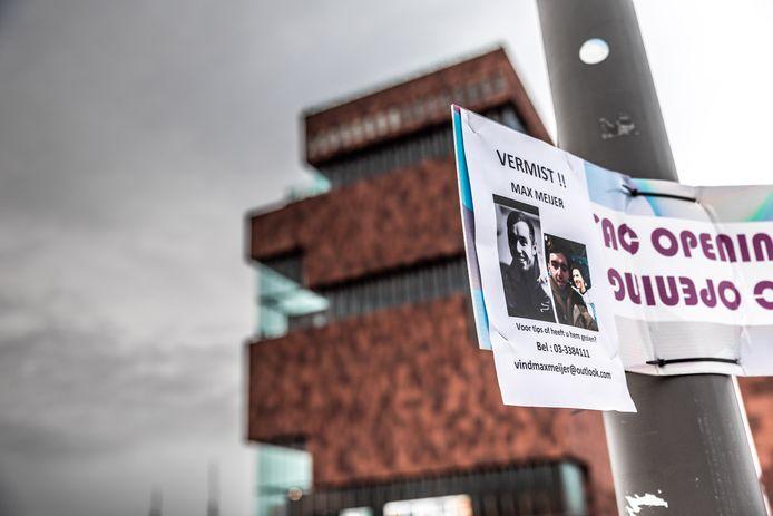 Familie en vrienden hangen flyers op van de vermiste Max Meijer.