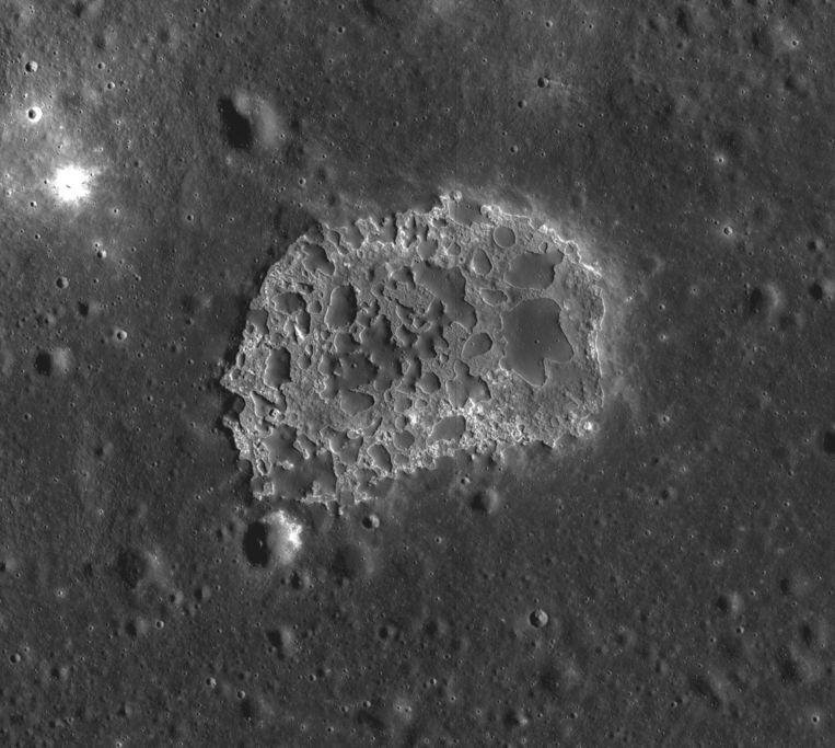 Close-up van Ina, een recente lavaformatie op de maan. Onderzoekers hebben nog zeventig van zulke gebiedjes ontdekt. Beeld NASA