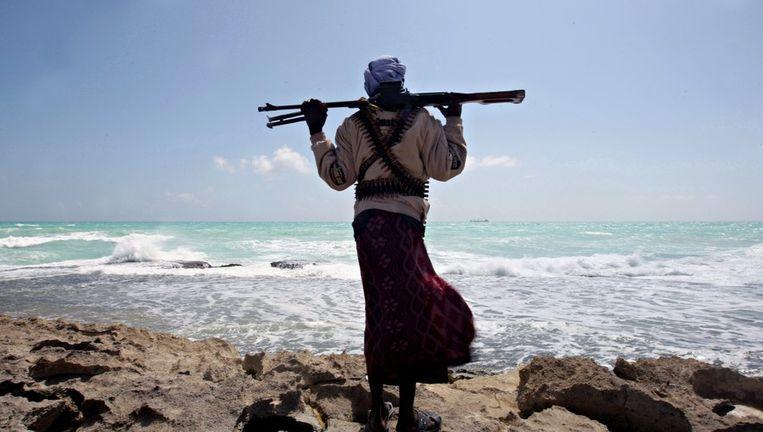 Een gewapende Somalische piraat aan de kust van Somalië. Beeld anp
