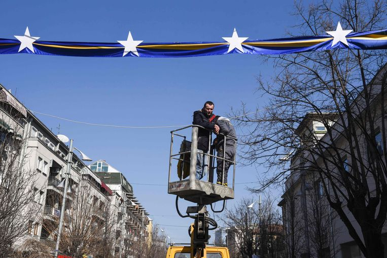 Kosovaren hangen in hun hoofdstad Pristina versieringen op. Beeld AFP