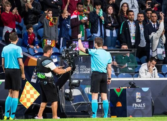 Scheidsrechter Felix Brych geeft Zwitserland een penalty na raadplegen van de VAR.