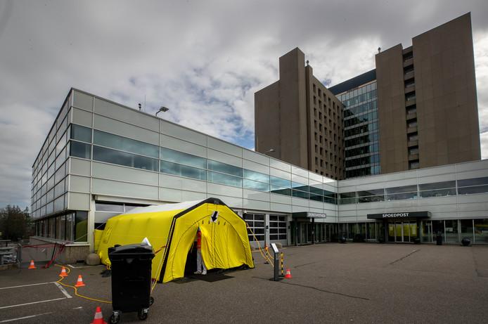 Voor de spoedpost van het Catharina Ziekenhuis staat deze tent. Patiënten met coronaverschijnselen worden hier opgevangen. Andere patiënten gaan via de reguliere ingang.