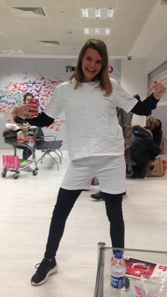 Omdat ze niet bij haar koffer kon, kreeg Angela een opmerkelijk kledingsetje van Turkish Airlines.