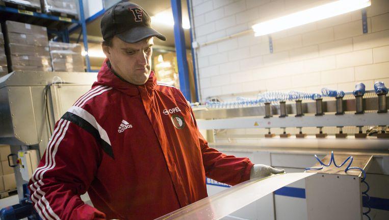 Emiel Smit van Nedco in Nieuwerkerk aan de IJssel, dat onder meer wasmachineslangen maakt. Beeld Julius Schrank