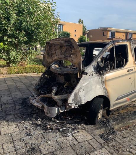 Busje en auto in brand in Eindhoven, politie gaat uit van brandstichting