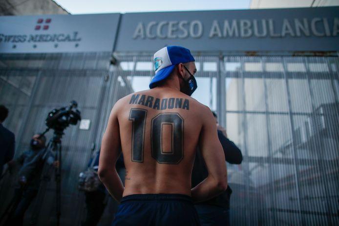 Fans van Maradona verzamelden de afgelopen dagen aan het ziekenhuis.