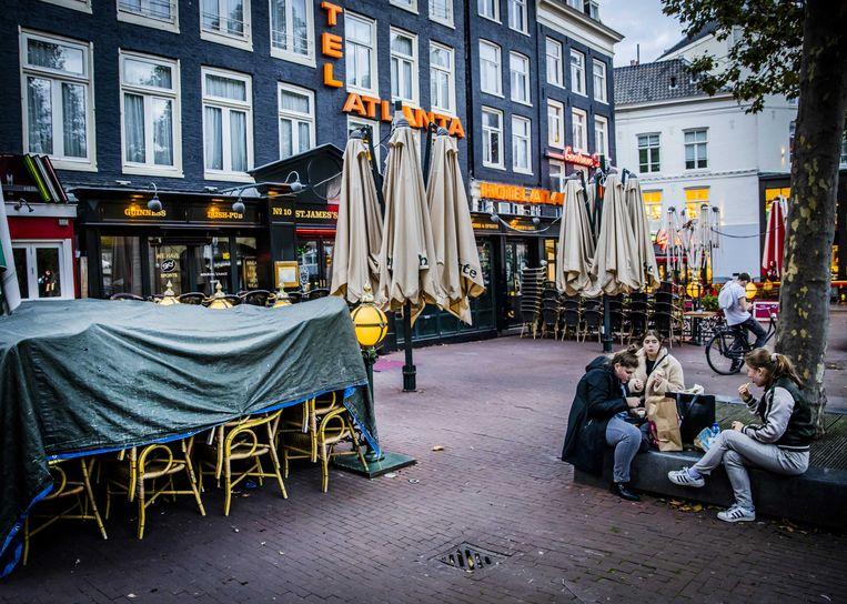 Gesloten horecagelegenheden aan het Rembrandtplein in Amsterdam. Beeld ANP