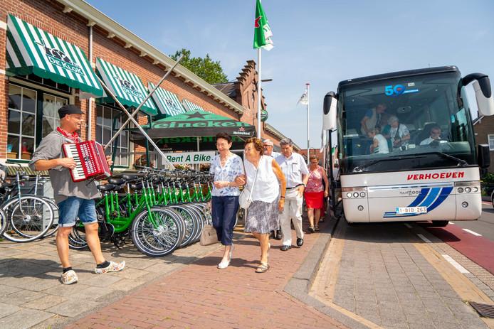 Toeristen stappen uit bij Partycentrum De Klok in Kinderdijk.