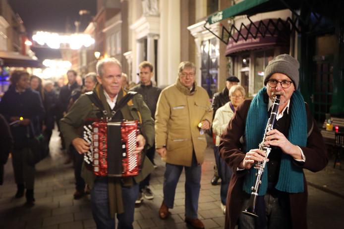 20181108 - Breda - Kristalnachtherdenking in de Antoniuskathedraal. Met ondermeer jiddische muziek van 'Zwey Brider' bij de tocht door de stad met kaarsjes die uitgedeeld werden bij het vertrek uit de kathedraal. FOTO: RAMON MANGOLD/PIX4PROFS