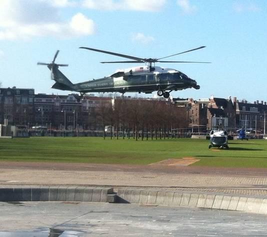 Obama's helikopter zet de landing in.