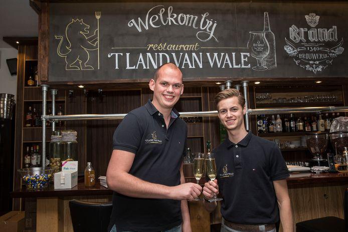 Jeroen van der Sluis (links), eigenaar van restaurant 't Land van Wale.
