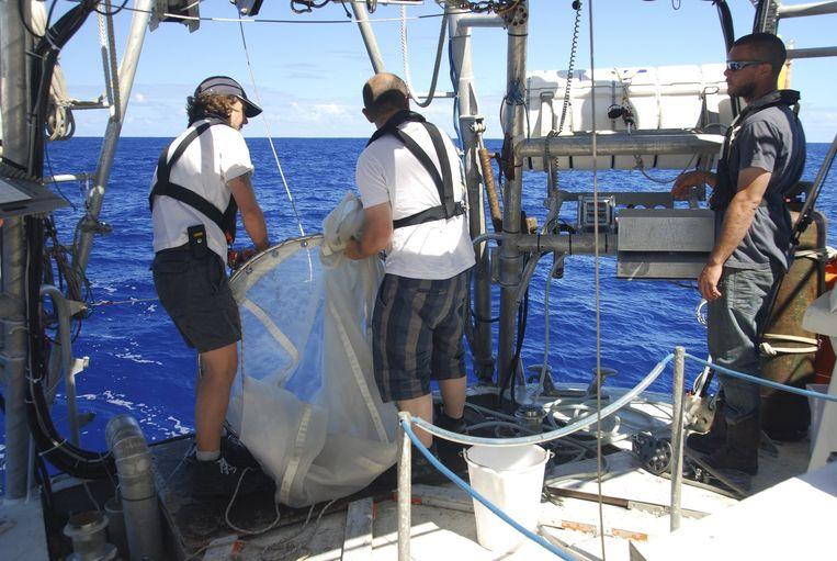 Wetenschappers aan boord van het zeilschip Tara, dat op drie jaar tijd 35.000 stalen van plankton verzamelde.