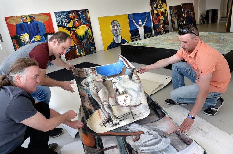 Willem Heederik (rechts) selecteert met Mike Kramer (links) en Bart Vliegen werk van zijn broer Serge. Beeld Marcel van den Bergh / de Volkskrant