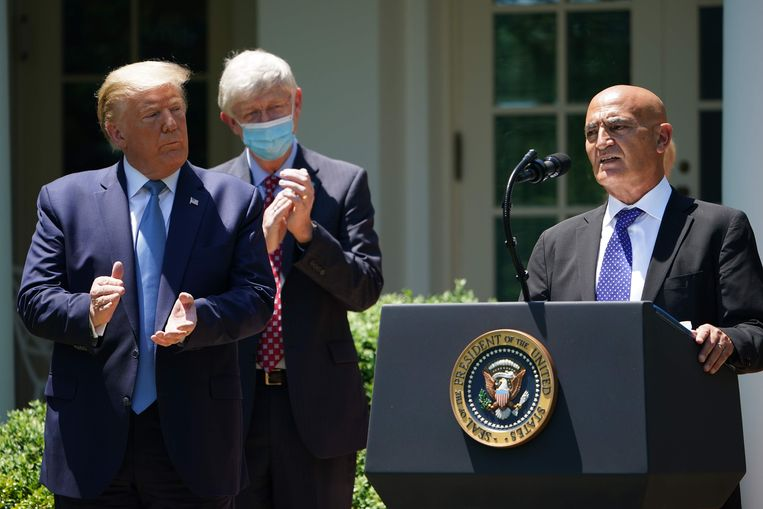 De Amerikaanse president Donald Trump en Monecef Slaoui (R) die de belangrijkste adviseur wordt.