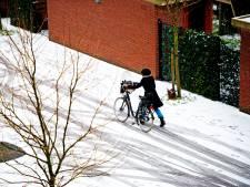 Sneeuwballengooiers schoppen man bewusteloos