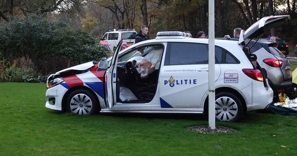 Agenten gewond bij aanrijding in Mariënberg, ravage in tuin.