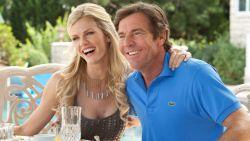 Dennis Quaid (65) op een knie voor het blonde model Laura Savoie (26)