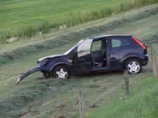 Auto slaat meerdere keren over de kop tussen Zwartsluis en Vollenhove maar bestuurder mankeert wonderwel niets