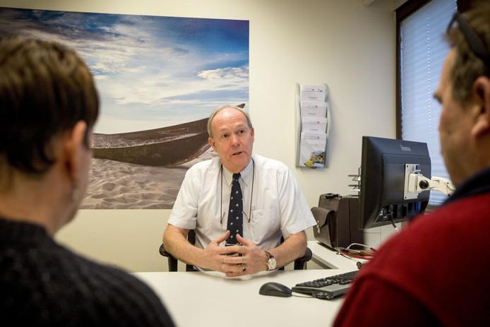 Huisarts Ronald Vriens in gesprek met een patiënt.