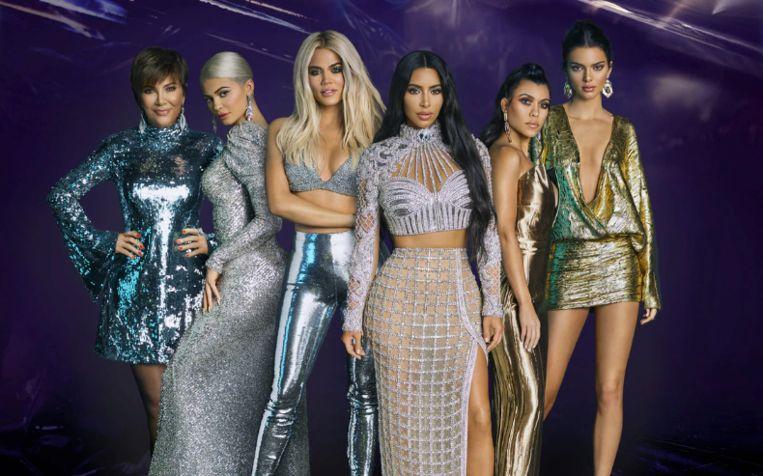 Keeping Up With The Kardashians: de familie van twee miljard. Van links naar rechts: Kris Jenner, Kylie Kenner, Khloé Kardashian, Kim Kardashian, Kourtney Kardashian en Kendall Jenner.