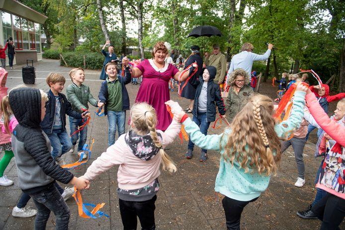De kinderen dansten samen met een van de 'burgers' terwijl het lied van de vrijheid werd gezongen.