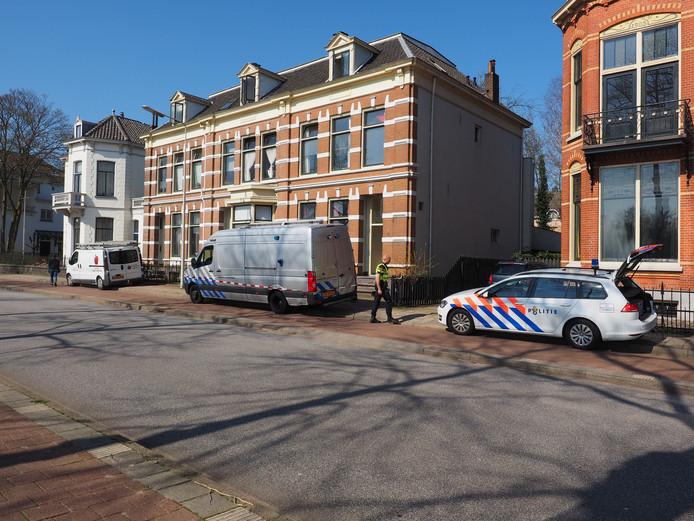 De politie en Explosieven Opruimingsdienst Defensie (EOD) onderzoeken op 29 maart de woning van de verdachte aan de Burgemeester Dijckmeesterweg in Zutphen nadat hij op het gemeentehuis ambtenaren had bedreigd.