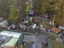 Ravage op camping in Sinderen na grote brand goed zichtbaar bij daglicht